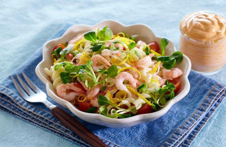 Med litt pasta, noen reker, litt salat, tomat og løk kan du enkelt lage en rask middagssalat. Og hvis du vil, lager du en god dressing av pesto og lettrømme.