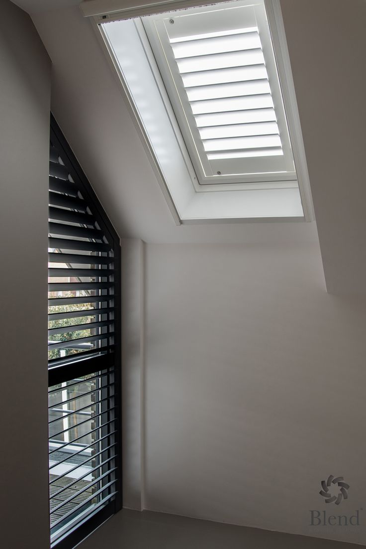 Deze dakraam shutter van Blend Window Fashion is voorzien van een jachtsluiting. Dit voorkomt dat de shutter open klapt en dus netjes blijft hangen! #shutter #dakraam #blend #inhuisplaza