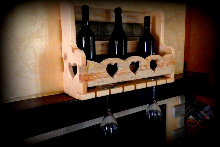 Portabottiglie e calici da parete realizzato artigianalmente con legno di abete recuperato da un armadio antico in stile valdostano. La superficie non è stata trattatata per mantenere l'aspetto vintage. Al suo interno possono alloggiare fino a 5 bottiglie di vino (o altro di analoghe dimensioni) e 7 calici da vino. Le dimensioni dell'oggetto sono le seguenti: 52 cm x 16 cm  x 36cm (h).