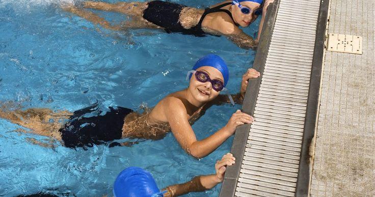 Cómo mejorar la patada al nadar. Los nadadores utilizan una serie de patadas para acompañar varios golpes de natación. Las patadas, que difieren en estilo, incluyen: patada de tijera, patada de delfín, patada de rana y patada agitada. La patada más fácil de dominar es la patada agitada, que es la típica patada de crol o estilo libre. La patada agitada sirve para dos propósitos ...