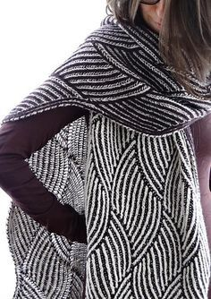 Swinging Brioche is a totally reversible unisex scarf of (adjustable) 227 x 36 cm.