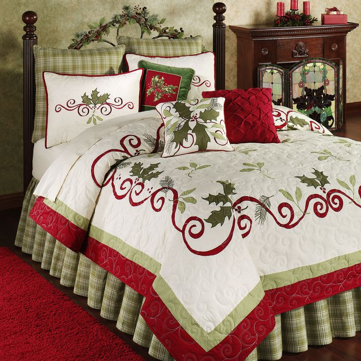 Holiday Garland Holly Quilt Bedding. Una cama bien vestida en época Navideña