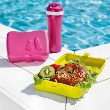 Praktyczne pudełko śniadaniowe Ping Pong niemieckiej marki Koziol. Przechowywane produkty w pojemniku  zachowują świeżość przez długi czas dzięki specjalnej wkładce chłodzącej. Produkt dostępny jest w kilku wersjach kolorystycznych.