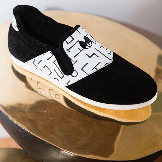 Allier confort et design est désormais possible grâce aux chaussures d'intérieures Nénufar. Elles sont conçues par un podologue et dotées d'une semelle à mémoire de forme  ☺️⠀  #nenufar #confort #design #indoorshoes #fashion #unisex #tendance #black #white