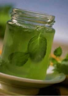 GELEE DE MENTHE (125 g de feuilles de menthe fraîche, 37,5 cl de cidre, 3 c à s de jus de citron, 6 cl de liqueur de menthe, 675 g de sucre gélifiant)