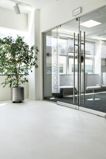 Bílá podlahová stěrka Microtopping, realizace BOCA Praha. / White floor coating Microtopping, BOCA Praha realization.