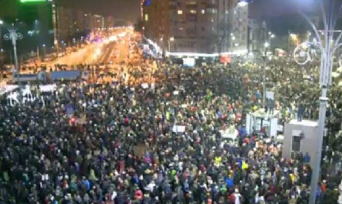 Χαμός αυτή τη στιγμή στη Ρουμανία μαζεύτηκαν 200.000 και έχουν στόχο 1.000.000 γιατί το κοινοβούλιο τους ψήφισε νόμο για να βγαίνουν βουλευτές από την φυλακή