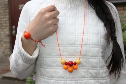 Halskæde med akryl perle