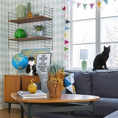 @husetvidskogen  Katterna som så fint agerade fotomodeller när @fotosara_s var här och fotade 😻 #vardagsrum #finahem