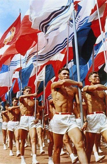 """31 июля 1956 г. состоялось торжественное открытие стадиона """"Лужники"""". Парад спортсменов во время церемонии открытия на снимке Льва Бородулина"""
