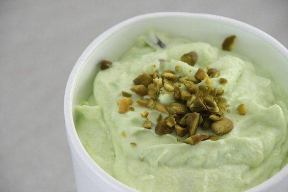 Lækker opskrift på hjemmelavet pistacie is hvor du IKKE behøver en ismaskine. Se den lækre opskrift her og hav din pistacie is klar i morgen.