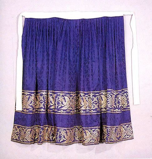 The skirt, in comparison to the jeogori, is really simple to make. First of all, you have to decide what kind of skirt you want; there are two types, pul-chima, with a separated back, or tong-chima, with a seamed back (like a modern skirt). In ancient times, the chima was simply made out of a piece of rectangular cloth wrapped around the waist/bust depending on the fashion of the period. The length of cloth was gathered or pleated and attached to a waistband with ties that fastened around…