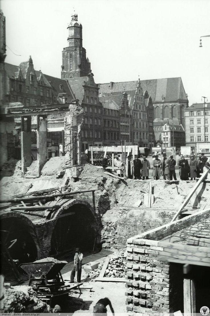 Odsłonięte piwnice kamienic południowej pierzei Rynku. Fot. S. Arczyński.1954