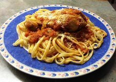 Tallarines rojos con pollo, plato peruano con raíces italianas: Presentación final