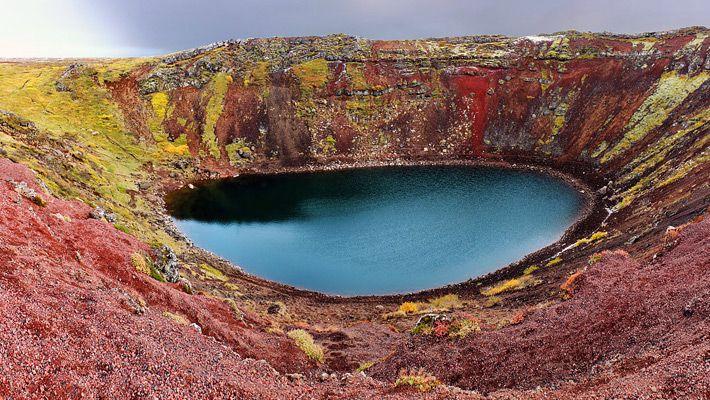 Kerið (Islanda) 26 de poze incredibile cu lacurile de crater - galerie foto. Vezi mai multe poze pe www.ghiduri-turistice.info Sursa : http://en.wikipedia.org/wiki/File:Iceland2009-BradWeber-Kerid.jpg
