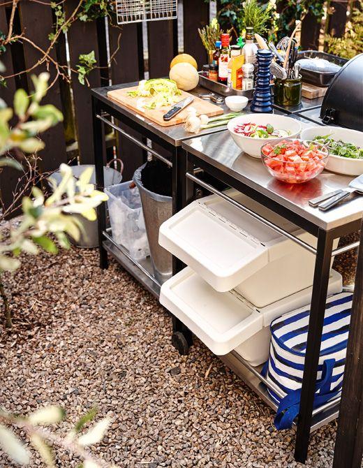 Ein Zubereitungsbereich in der Outdoorküche mit Arbeitsfläche für Salate und Beilagengerichte, u. a. mit SORTERA Abfalleimer mit Deckel in Weiß.