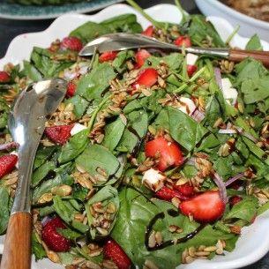 Sallad med jordgubbar och fetaost - Recept från Mitt kök - Mitt Kök