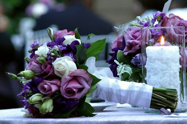 Fialová svatební kytice, jakou květinu nechat uváz...