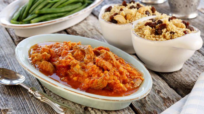 Lammegryte med couscous   Lammegryte med couscous har hentet inspirasjon fra det nordafrikanske kjøkken. I denne gryten er det brukt strimlet lammekjøtt, og couscousen har fått ett innslag av cashewnøtter og rosiner.  Ingredienser til 4 posjoner:      600 g benfritt lammekjøtt     2 båt hvitløk , finhakket     1⁄2 ts malt kanel     1 ts karri     2 ss olje     2 dl røde linser     4 dl vann     1 boks hermetiske tomater , hele     1 ts salt      4 dl couscous     50 g cashewnøtter     50 g…