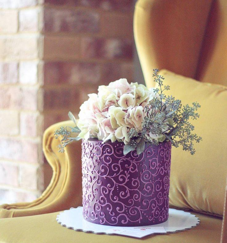 Свадебный торт с кремовым покрытием, узор выполнен вручную Украшение из живых цветов  Внутри ванильный бисквит, нежный творожно-сливочный крем, персик. Автор instagram.com/ellina_selezneva