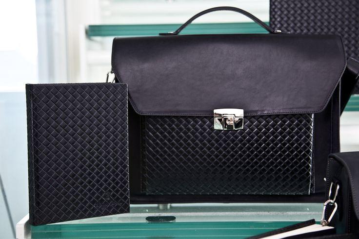 Le copertine della linea elegance richiamano le lavorazioni dei pellami più pregiati, come l'intreccio del modello Twist nero; abbina un prodotto della gamma Royal Bags al tuo notepad preferito! www.royalnotes.it