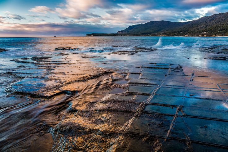 I'm not a morning person but witnessing the sunrise at the Tessellated Pavement in Tasmania is more invigorating than any cup of coffee. [OC][2000x1333]