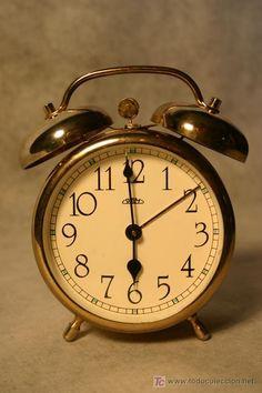 Leo la hora que es cuando me despierta el reloj y no me quiero levantar, es muy temprano.