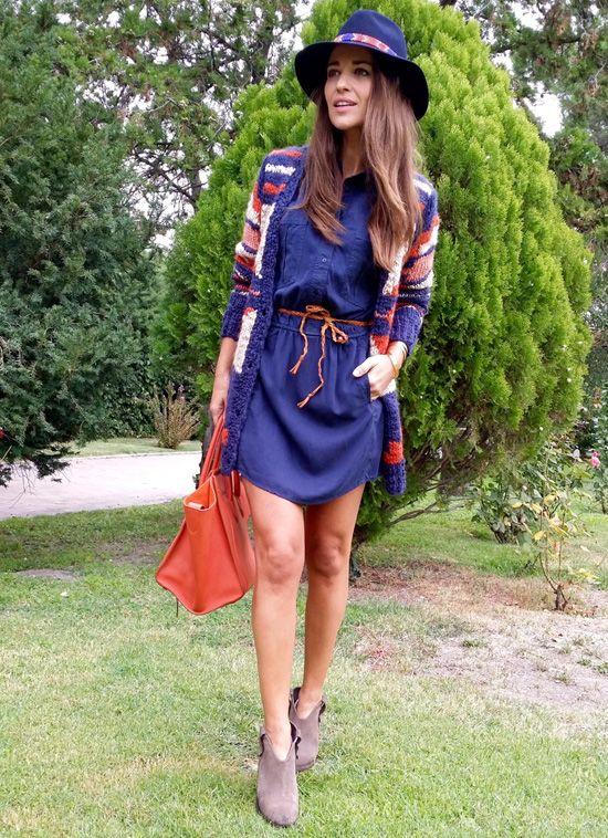 Combinar un vestido vaquero con una chaqueta de punto, botines y sombrero