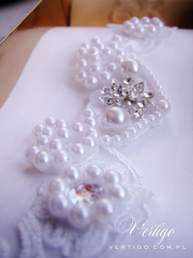 handmade white wedding garter with lace, pearls, bow, feathers and swarovski crystals - second version - back with blue bow, source: www.vertigo.com.pl