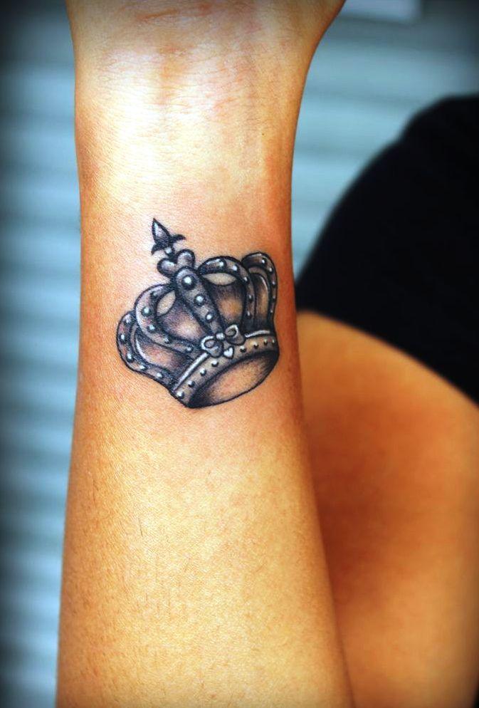 20 petits tatouages couronne idées, dessins et modèles | petits
