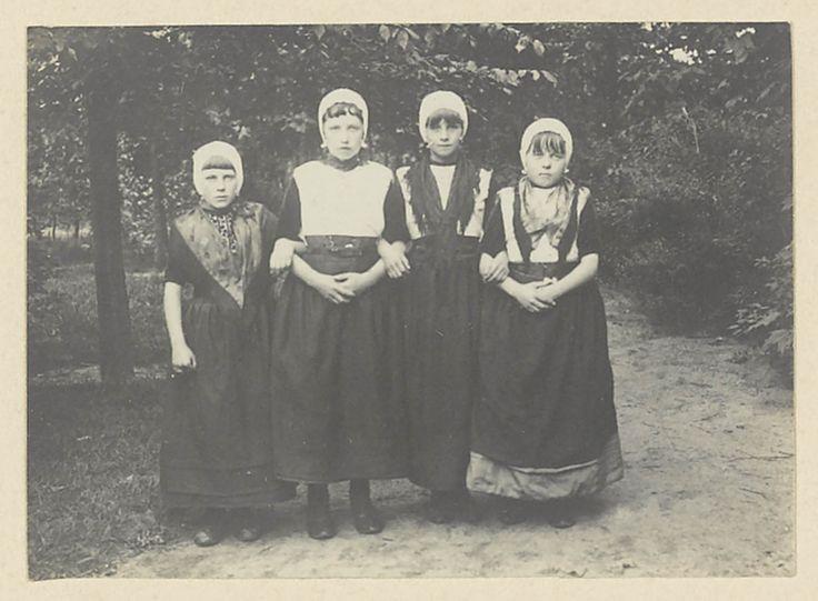 Vier meisjes in Urker streekdracht. #Urk