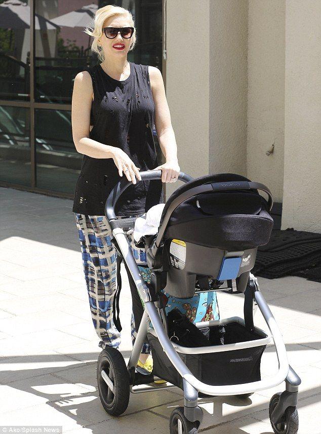 Gwen Stefani con el cochecito #IVVI + silla de auto #PIPA de @Nuna España. #nuna
