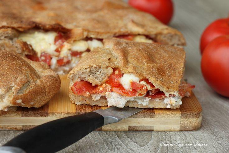 Focaccia integrale con ricotta salsiccia e pomodori