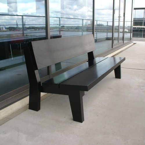 Design garden seat Dogger made from colored hardwood. | Design tuinbank Dogger van gekleurd hardhout.