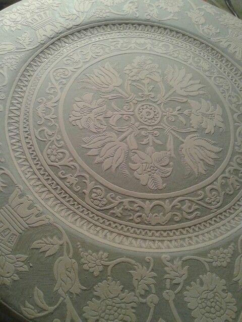 Piatto in ceramica grafita in attesa di cottura. .