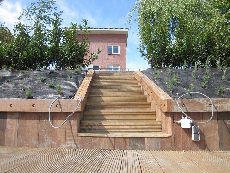 Robuust! Hardhouten trap met terras en beschot. Particulier project.