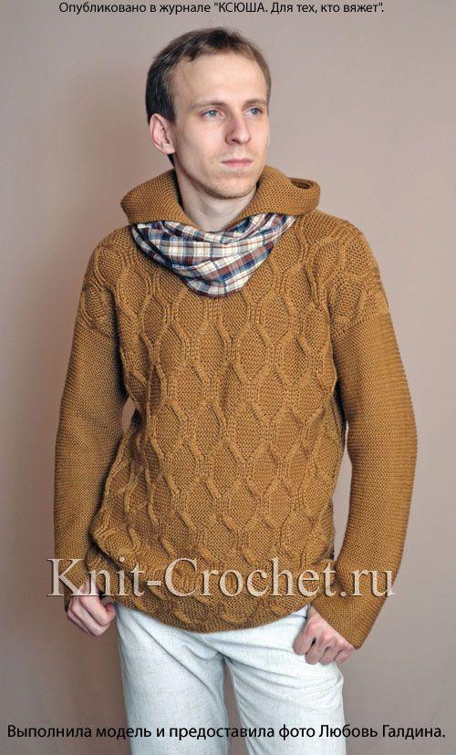 Вязаный на спицах мужской пуловер с капюшоном.
