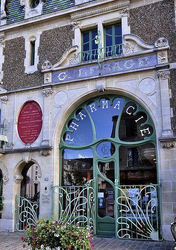 Art nouveau - L'intérieur mérite aussi le déplacement... Pharmacie Lesage à Douvres-la-Délivrande (Calvados) FRANCE