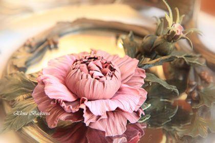 Веточка розы `Предрассветная нега`. Веточка с цветком розы и двумя бутонами 'Предрассветная нега'  Оригинальное украшение из натуральной итальянской кожи двух оттенков нежно-розового и кожи благородного зеленого цвета.  Диаметр цветка 7 см.