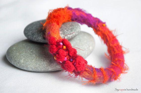 Handgemachte Armband mit Filz Seide von synopsishandmades auf Etsy