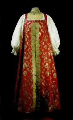 """""""The Russian women's costume was based on the """"sarafan"""" (a kind of sleeveless dress). The """"sarafan"""" ensemble became widespread in Russia at the turn of the 18th century and consisted of a shirt, """"sarafan"""", belt, and apron."""" - voir tout l'article."""