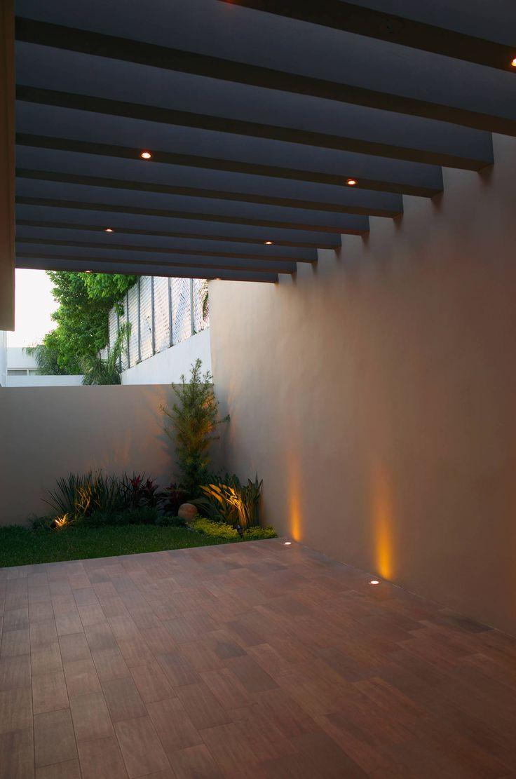 Patio: Paredes y pisos de estilo Moderno por fc3arquitectura