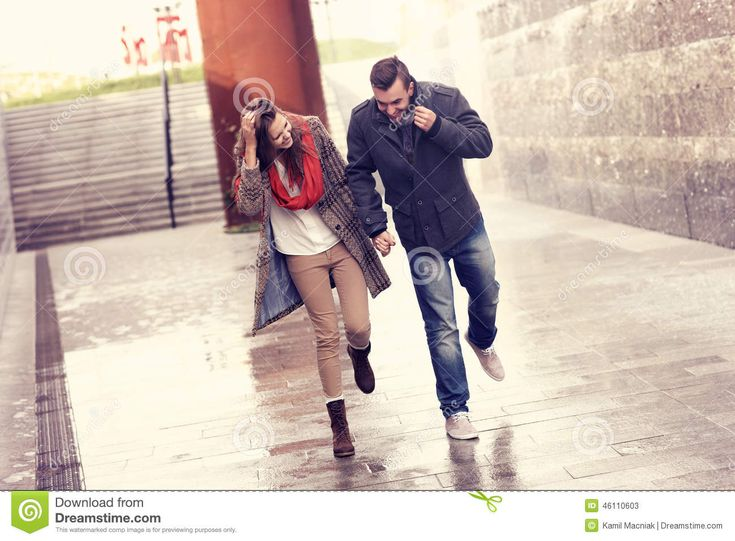 couple-running-rain-picture-young-city-46110603.jpg (1300×957)