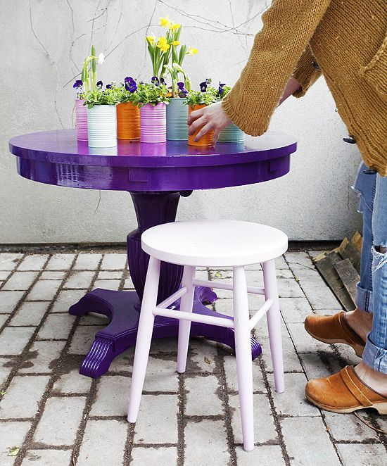 Vecchio tavolo ridipinto per esterni e vasetti ricavati da lattine per conserve / http://dosfamily.com/2011/04/bring-a-gift-of-spring/