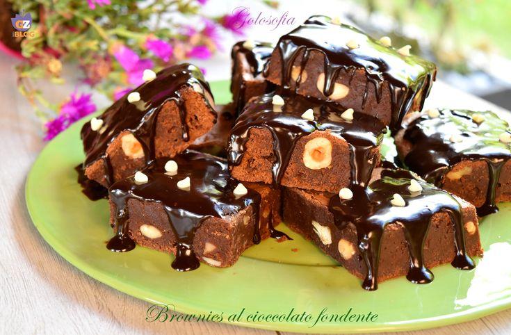 Brownies al cioccolato fondente, dolcetti morbidissimi e golosi, glassati con cioccolato fuso e gocce di cioccolato bianco. Una bontà unica da non perdere!