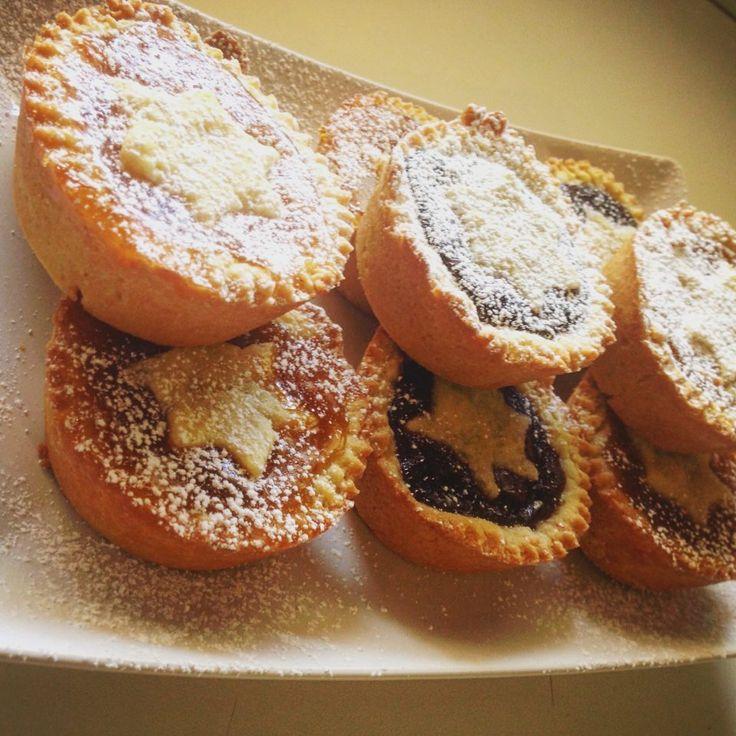 Dei dolcetti golosi da gustare con il tè di pomeriggio o per qualsiasi momento di dolcezza. Dei mignon golosi e alla marmellata di frutta. Queste crostatine sono semplici da preparare, la base è una semplice sfoglia, ripiena di marmellata...