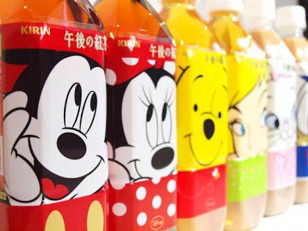 コンビニやスーパーで飲み物を選ぶ時、ペットボトルのパッケージが可愛くて思わず手に取ってしまったことはありませんか? 『午後の紅茶』は時期によって、ディズニーとコラボして可愛くて面白いパッケージで販売されています。 飲み終わった後も捨てるのが惜しいような、ディズニーデザインの可愛いペットボトルをご紹介します! 1.人気のキャラのどアップ 出典:http://kawacolle.jp ミッキーやミニー、プーさんやティンカーベルなど人気のキャラクターがどアップで描かれたデザインです。バッグの中に入れておくだけで楽しい気持ちになれそうです。 2.アルファベットでメッセージ 出典:https://twitter.com 出典:https://twitter.com ペットボトルに1つずつプリントされたアルファベットを繋げることでメッセージを作ることが出来るデザインです。組み合わせ方は無限大、自分の名前を作ることも出来ます。 3.繋げて現れるデザイン 出典:https://twitter.com 出典:http://spotlight-media.jp…