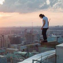 'Rooftopping' é uma tendência nova e ousada em fotografia envolvendo altura e fotos a partir da borda de arranha-céus e essas fotos são de Tom Ryaboi.