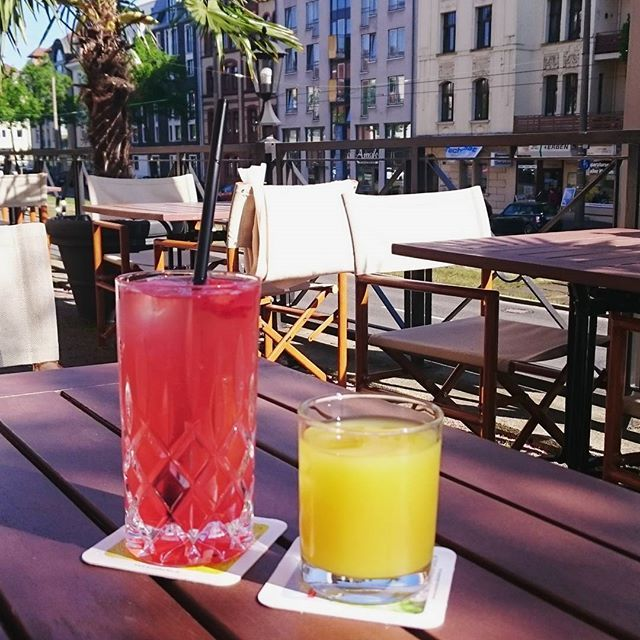 Enjoying the amazing weather with my friends 🔆💑 I can't believe my vacation is already almost over 😱🙈 #summer #spring #vacation #holidays #kassel #germany #friends #relax #sun #eigenart116 #juices #colorful #sunny #wilhelmshöherallee #goodlife #happinessoverload