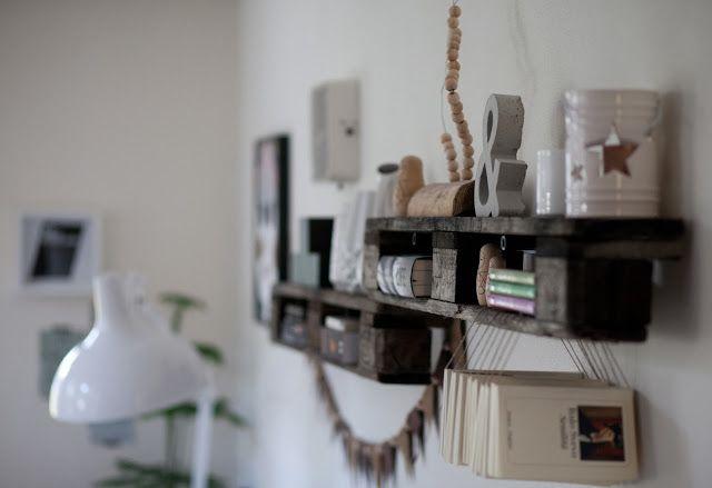WOHN:PROJEKT - der Mama Tochter Blog für Interior, DIY, Dekoration und Kreatives : DIY/Inspiration: Das 100. Posting oder: Unser neues Upcycling-Paletten-Regal, eine Wimpelkette aus Leder und ein gerahmtes Geschirrtuch